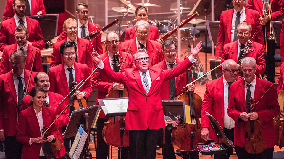 John Morris Russell and the Cincinnati Pops enjoying applause